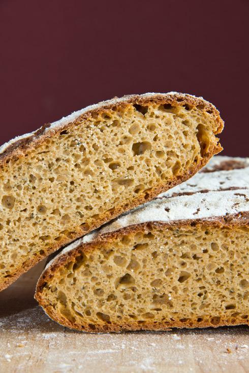 Mittelporige, rötliche Krume: Rotes Kräuter-Käse-Brot