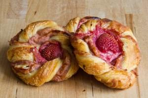 Feinblättriger Blätterteig gefüllt mit Erdbeer-Mandel-Frischkäse: Erdbeer-Mandel-Schnecken