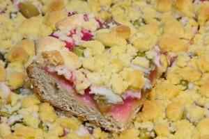 Knuspriger Streuselkuchen mit dickem Hefeteigboden und fruchtig-säuerlicher Johannisbeer-Rhababer-Füllung