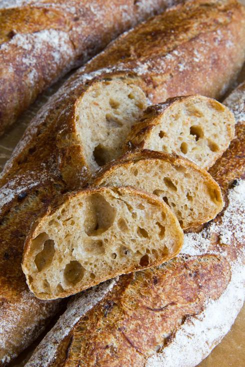 Mittel- bis großporige, zwiebelig-süßliche Krume: das Zwiebelbaguette ist das ideale Grillbrot