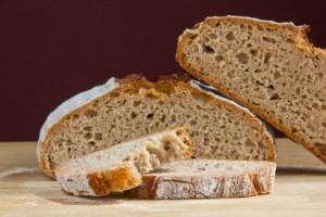 Klein- bis mittelporige Krume in einem roggendominierten Brot: Aus alt mach neu: Roggenbrot mit Apfel