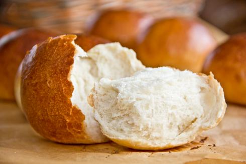 Kindheitserinnerungen werden wach: Glänzend, wattig-weich, herrlich duftend: DDR-Milchbrötchen nach Bäcker Süpke
