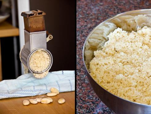 Mit der Mandelmühle werden ganze Mandeln gemahlen. Das macht den Stollen saftiger als er es durch die Verwendung bereits gemahlener Mandeln würde.