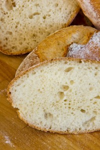 Klein- bis mittelporige Krume und vor allem ein deutlich vielfältigerer Geschmack als im Originalrezept: Baguettebrötchen