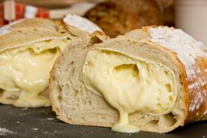Frisch angeschnitten nach dem Backen: der Camembert läuft verführerisch aus dem Weißbrot.