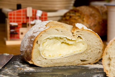 Weißbrot mit Camembert-Füllung im Anschnitt