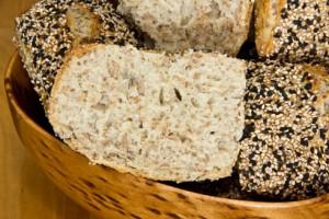 Kleinporig, flauschig, kernig und nussig-mild im Geschmack: Mischbrötchen mit Roggenschrot und Sesam