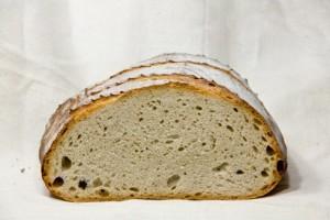Lockere und saftige Krume im Farb-Brot aus Österreich.