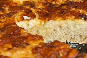 Lockerer, aromatischer Teig mit einer würzigen Käse-Zwiebel-Auflage: Schweizer Käsefladen