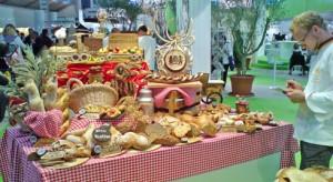 Einer der prall gefüllten Schaustücktische des Wettbewerbs deutscher Bäckermeister.