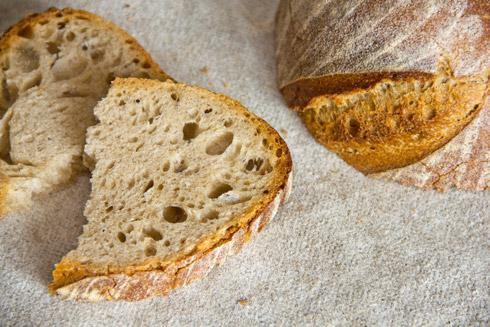 Mittelporig, fein-säuerlich und rustikal gebacken: Mill Loaf nach Dan Lepard
