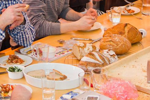 Nach der Arbeit das Vergnügen: frisches Brot mit kulinarischen Genüssen.