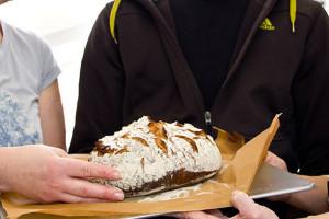 Das erste Brot des Backtages: Altbrotroggen mit Schluss nach oben gebacken.