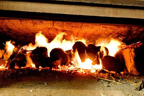 Der Altdeutsche Ofen wird angefeuert (Foto: Ricardo Fischer).