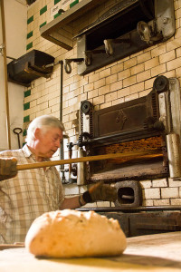 Nach dem Anbacken werden die Brote im Ofen auf andere Positionen geschoben, damit die ersten auch wieder die ersten sind, die herauskommen...