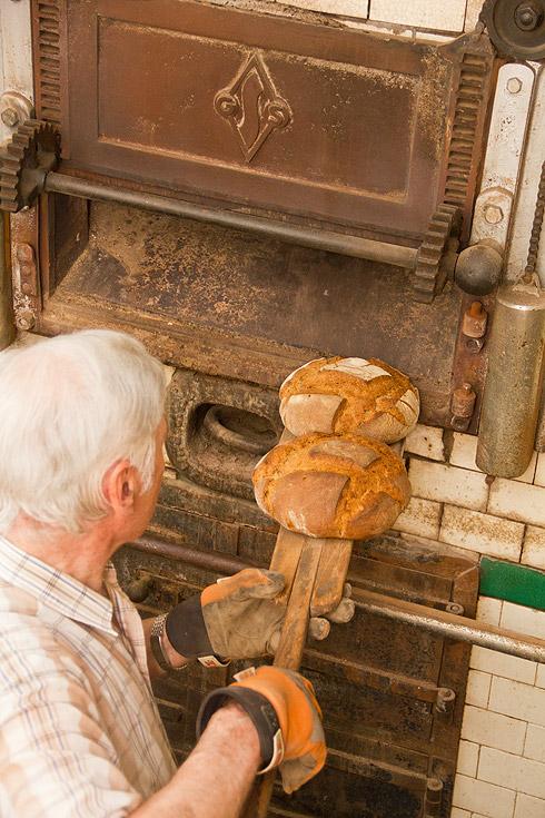 Nach rund 50 Minuten Backzeit kommt der Mühlenlaib mit krachender Kruste aus dem Ofen.