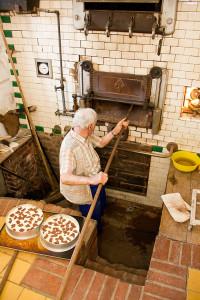 ... kommen die Kuchen in den abgekühlten Ofen.