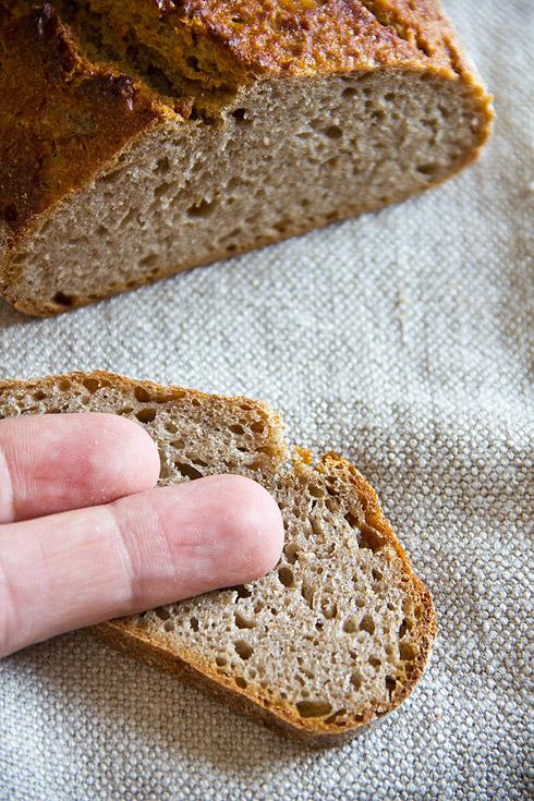 Mit Maßstab: das Brot wird recht klein. Deshalb besser die doppelte Teigmenge nutzen.