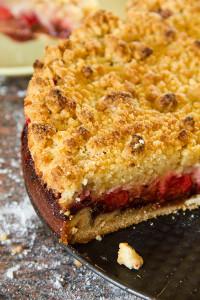 Oben knusprig, unten fruchtig und schokoladig: Erdbeerstreuselkuchen
