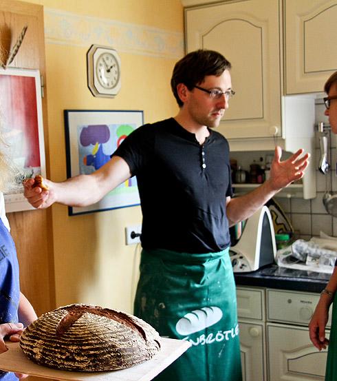 Lutz in Aktion, links kommt das Kartoffel-Dinkelbrot aus dem Ofen