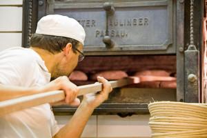 Josefs Ofen wird mit Fichtenholz beheizt.