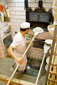 Josef Bauer schießt die ersten Brote ein.