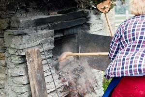 Roswitha räumt den Ofen aus.