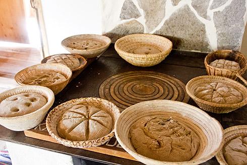 Die Kinder haben inzwischen ihre Brote geformt und werden gleich erstaunt feststellen, dass ihre schön dekorierten Oberflächen der Brotboden sein werden.