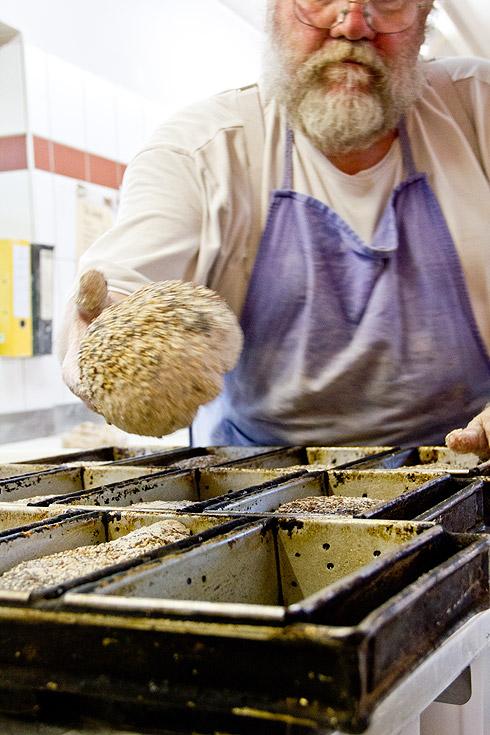Bäckermeister Weber bestückt die Kastenformen.