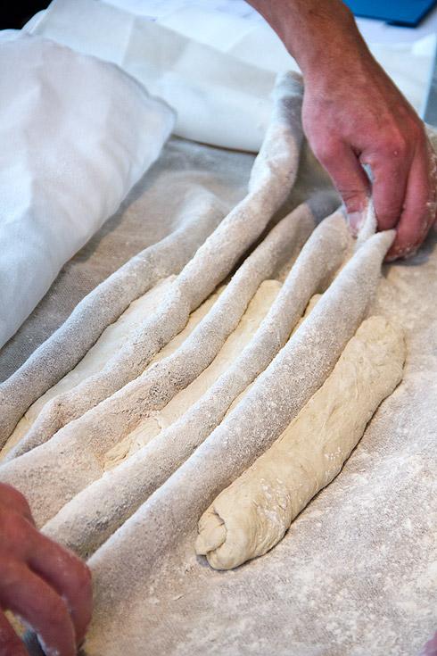 Die Stückgare der Baguette-Teiglinge im Bäckerleinen.