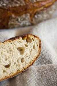 Der erste Versuch musste durch ein zu großes Mehlkochstück (Teig zu weich) zu Brot verarbeitet werden.