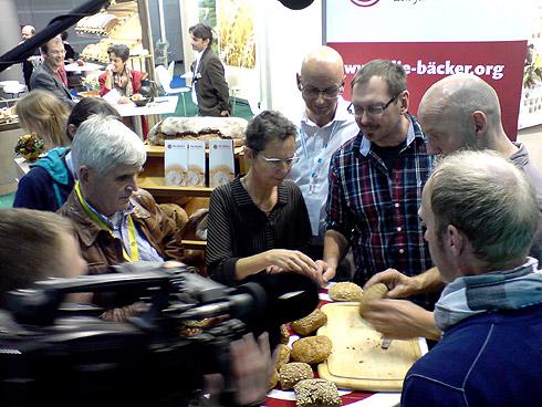 """Sind Vollkornbrötchen bei allen Bäckern den geltenden Regeln nach deklariert oder wird geschummelt? Eine Frage, die sich der Verein """"Die Bäcker"""" und das NDR-Fernsehen auf der Messe stellten."""