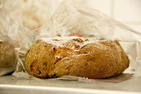 Vorerst fertig: Saftiger erzgebirgischer Butterstollen. Nur die Puderzuckerschicht kommt zu Hause noch darauf.