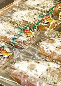 Da die Stollen etwa 12 Stunden zum Auskühlen brauchen, muss der letzte Arbeitsgang, das Zuckern mit Puderzucker zu Hause erledigt werden.