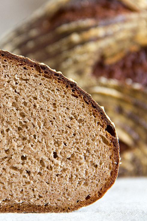 Zu früh angeschnitten, aber dennoch saftig und herb-würzig im Geschmack: Dinkelvollkornmischbrot