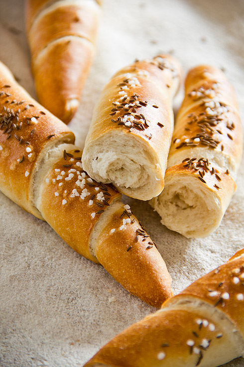 Knusprig und durch Kümmel und Vorteig sehr aromatisch: Salzstangerl