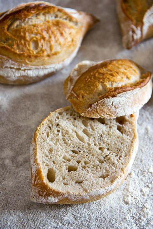 Locker und hocharomatisch: Rustikale Baguettebrötchen