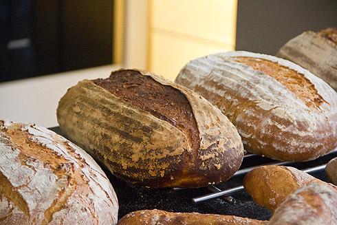 Verschiedene Experimente, z.B. Brote mit verschiedenen Garzuständen, ergänzen das Sonntagsprogramm.