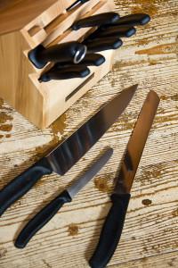 Die Messer, scharf und praktisch. Zum Einschneiden von Teiglingen eignet sich besonders das Tomatenmesser (liegt in der Mitte).