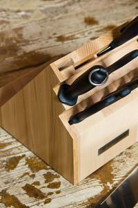 Der Küchenstahl (mit Ring) hilft, die Messer scharf zu halten.