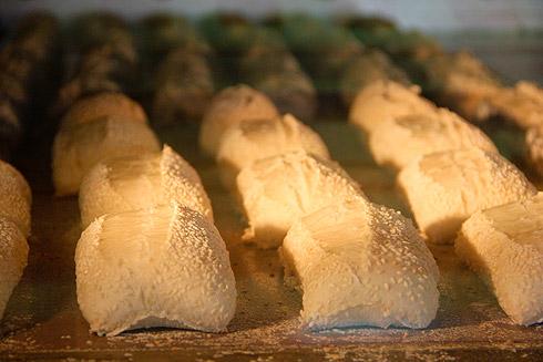 Weizenbrötchen mit Sesam, ca. 8 Minuten im Ofen.