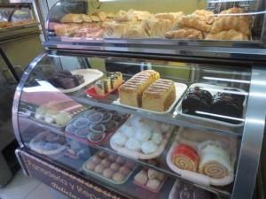 Eine typisch kolumbianische Bäckerei-Auslage: Weizengebäcke mit viel Zucker.
