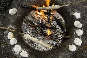 Am Rand der Feuerschale hatte ich kleine Brötchenteiglinge platziert (Reste vom Einsteigerbackkurs).