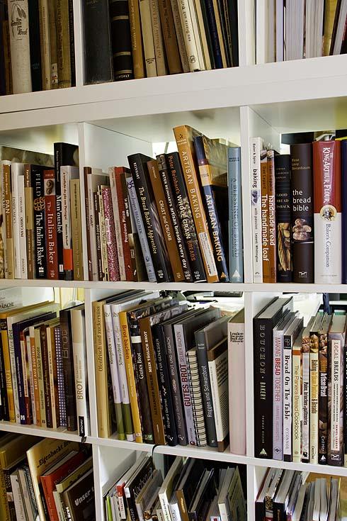 Die Außenwand meiner Büroecke ist gepflastert mit etwa 250 Brotbackbüchern.