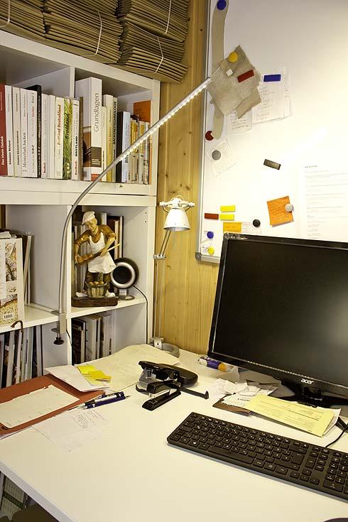 Mein Arbeitsplatz. Nicht ordentlich und meist mit viel Arbeit bepackt (die Arbeit liegt weiter rechts...).
