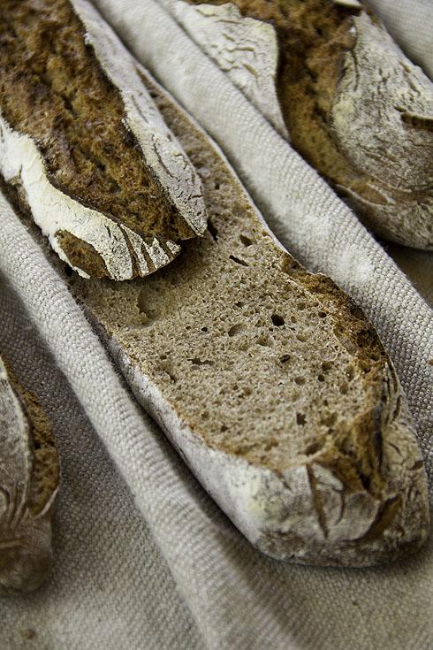 Kleinporig, aber locker: Weizenvollkornbaguette