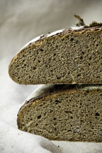 Saftig und durch den hohen Wassergehalt etwas flacher als man es von anderen Broten kennt.