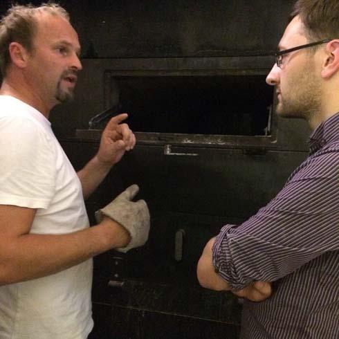 Helmut und ich am Holzbackofen in der Spiegelgasse (Foto: Alexandra Palla)