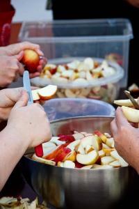 Schnippeln für den Apfelkuchen.