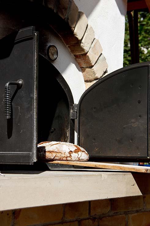 Roggensauerteigbrot kommt aus dem Ofen.